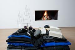 Presentes delante del gráfico del árbol de navidad de la chimenea Imagen de archivo libre de regalías