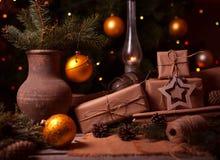 Presentes do ano novo, caixas atuais diferentes sob a árvore de Natal, vintage home decorado com bolas festivas, noite mágica Imagem de Stock Royalty Free