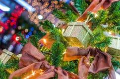 Presentes do ano novo em uma árvore Fotografia de Stock Royalty Free