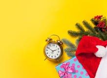 Presentes do despertador e do Natal Imagens de Stock Royalty Free