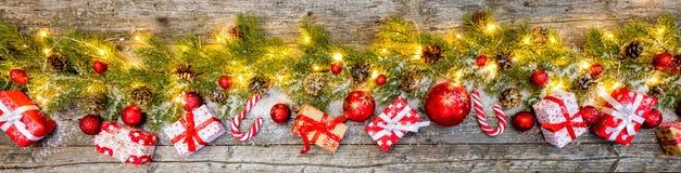 Presentes do Natal com a decoração na madeira Imagem de Stock Royalty Free
