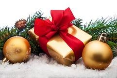 Presentes do Natal, com esferas Imagens de Stock Royalty Free