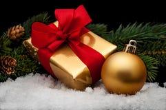 Presentes do Natal, com esferas Fotos de Stock