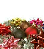 Presentes do Natal com esferas do Natal Imagens de Stock