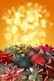 Presentes do Natal com esferas do Natal Fotografia de Stock Royalty Free
