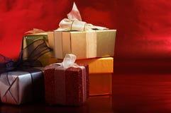 Presentes do Natal com fitas Imagens de Stock Royalty Free