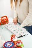Presentes do Natal da embalagem da mulher Fotografia de Stock