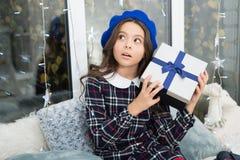 Presentes do Natal da entrega O Natal é o momento de satisfazer Ano novo feliz o curiousgirl comemora o feriado de inverno foto de stock royalty free