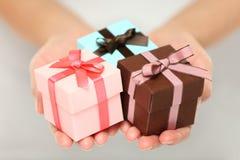 Presentes do Natal da terra arrendada da mulher Imagem de Stock