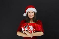 Presentes do Natal da terra arrendada da mulher fotos de stock royalty free