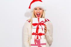 Presentes do Natal da terra arrendada da mulher nova Fotografia de Stock