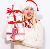 Presentes do Natal da terra arrendada da mulher nova Imagens de Stock