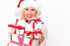 Presentes do Natal da terra arrendada da mulher nova Foto de Stock