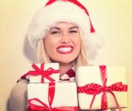 Presentes do Natal da terra arrendada da mulher nova Imagens de Stock Royalty Free
