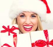 Presentes do Natal da terra arrendada da mulher nova Fotos de Stock