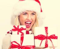 Presentes do Natal da terra arrendada da mulher nova Imagem de Stock