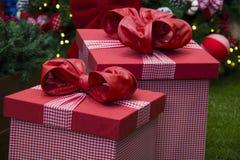 Presentes do Natal de baixo da árvore decorativa Presente decorativo Imagem de Stock Royalty Free