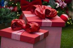 Presentes do Natal de baixo da árvore decorativa Presente decorativo Foto de Stock Royalty Free