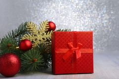 Presentes do Natal A decoração do Natal com presentes e a bola vermelha com abeto ramifica Imagens de Stock Royalty Free