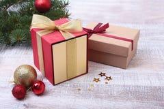 Presentes do Natal A decoração do Natal com presentes e a bola vermelha com abeto ramifica Imagens de Stock