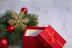 Presentes do Natal A decoração do Natal com presentes e a bola vermelha com abeto ramifica fotografia de stock