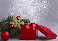 Presentes do Natal A decoração do Natal com presentes e a bola vermelha com abeto ramifica foto de stock royalty free