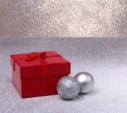 Presentes do Natal A decoração do Natal com presentes e a bola vermelha com abeto ramifica Foto de Stock