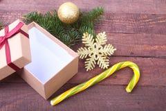 Presentes do Natal A decoração do Natal com presentes e a bola vermelha com abeto ramifica imagem de stock royalty free