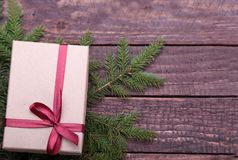 Presentes do Natal A decoração do Natal com presentes e a bola vermelha com abeto ramifica imagem de stock