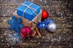Presentes do Natal decorados com cabo de linho, canela, cones do pinho, decoração do Natal Imagem tonificada Neve tirada Fotografia de Stock