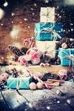 Presentes do Natal do feriado com caixas, brinquedos da árvore de abeto Neve tirada Imagem de Stock Royalty Free