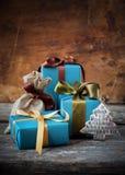 Presentes do Natal e brinquedo da árvore de abeto Caixas festivas com curvas diferentes Fotografia de Stock Royalty Free