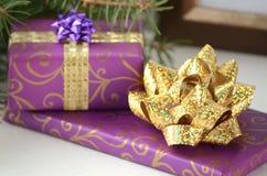 Presentes do Natal e presentes - caixa embrulhada para presente com espaço da cópia imagens de stock royalty free