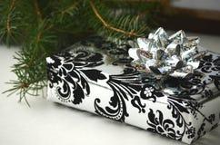Presentes do Natal e presentes - caixa embrulhada para presente com espaço da cópia fotografia de stock