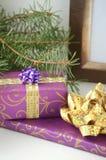 Presentes do Natal e presentes - caixa embrulhada para presente com espaço da cópia fotos de stock