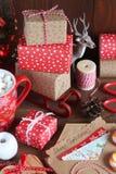 Presentes do Natal e a letra em uma tabela Fotos de Stock Royalty Free