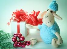 Presentes do Natal e um carneiro do brinquedo Isolado no fundo branco Imagens de Stock