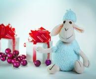 Presentes do Natal e um carneiro do brinquedo Isolado no fundo branco Foto de Stock Royalty Free