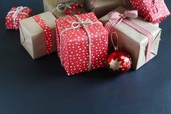 Presentes do Natal em um fundo azul Imagem de Stock Royalty Free