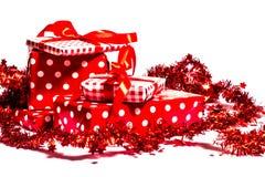 Presentes do Natal em um fundo branco imagem de stock