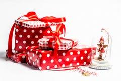 Presentes do Natal em um fundo branco fotos de stock royalty free