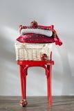 Presentes do Natal em uma cadeira vermelha Fotografia de Stock Royalty Free