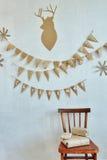 Presentes do Natal em uma sala decorada Imagem de Stock Royalty Free
