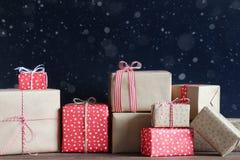 Presentes do Natal em uma tabela de madeira Fotos de Stock
