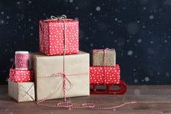 Presentes do Natal em uma tabela de madeira Fotografia de Stock