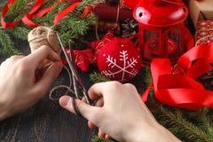 Presentes do Natal do envoltório do homem Presentes do Natal nas mãos do homem Imagem de Stock Royalty Free