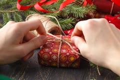 Presentes do Natal do envoltório do homem Presentes do Natal nas mãos do homem Foto de Stock