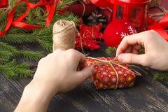 Presentes do Natal do envoltório do homem Presentes do Natal nas mãos do homem Imagens de Stock