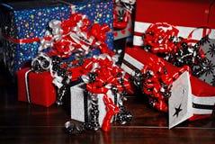 Presentes do Natal envolvidos no papel colorido maravilhoso Fotografia de Stock