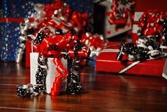Presentes do Natal envolvidos no papel colorido maravilhoso fotografia de stock royalty free